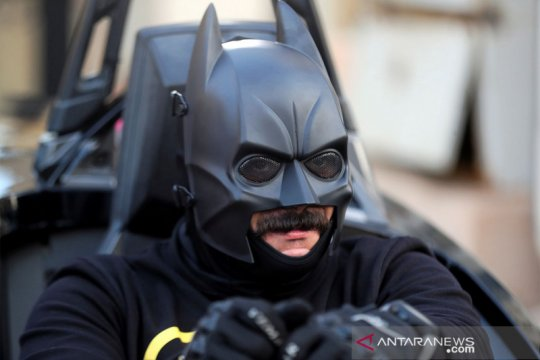 Batman bagikan masker di Kairo