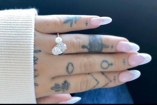Ariana Grande pamer cincin tunangan