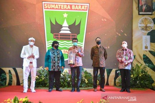 """Gubernur dan Ketua DPRD Sumbar terima penghargaan """"Green Leadership"""""""