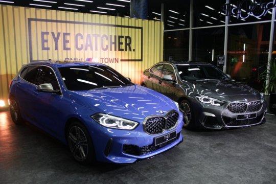 Dua kendaraan BMW M Performance meluncur di Surabaya