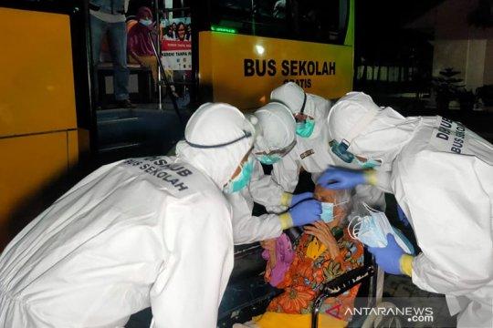 Positif COVID-19, 66 lansia dievakuasi ke RSKD Duren Sawit