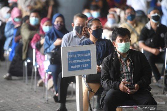 Antrian rapid tes antigen di Stasiun Gambir