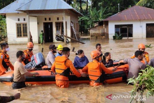 Basarnas gunakan perahu karet evakuasi warga korban banjir Monano