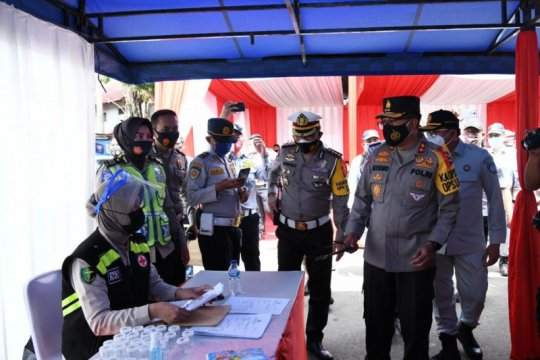 Tinjau Terminal Kampung Rambutan Kakorlantas pantau cek urin sopir bus