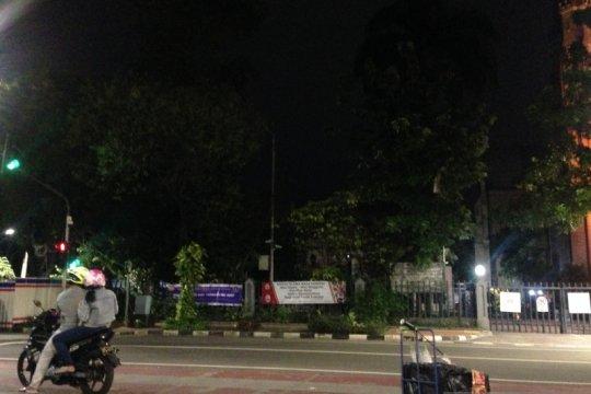 Jelang dini hari, warga masih berfoto di Gereja Katedral Jakarta