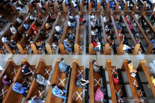 Penerapan protokol kesehatan saat ibadah Misa Malam Natal di gereja