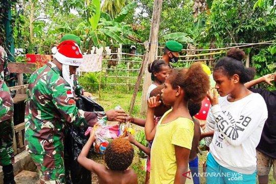Satgas Pamtas Yonif 125/Si'mbisa bagi bingkisan Natal anak perbatasan