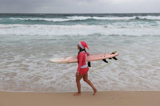 """Hujan dan COVID-19 membuyarkan pencari """"vitamin sea"""" di Sydney"""