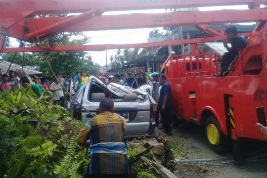Mobil minibus tertimpa pohon di Agam akibat angin kencang