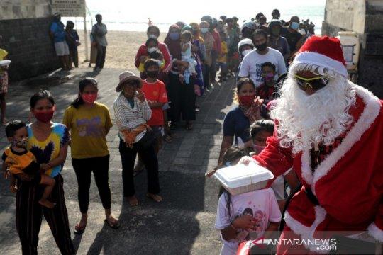 Sinterklas bagi makanan gratis di Legian Bali