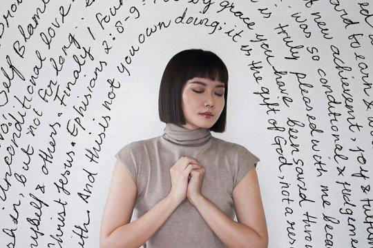 """Alena Wu rilis lagu rohani """"Here With Me"""" untuk Hari Natal"""