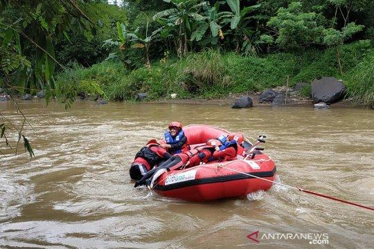 Tingkatkan kapasitas, relawan PMI Sukabumi gelar latihan water rescue