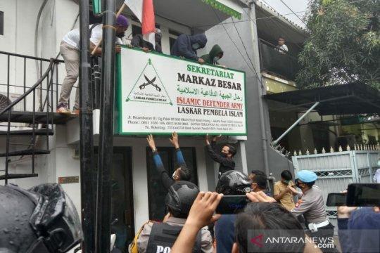 Polrestro Jakarta Pusat bawa tujuh pemuda saat sambangi Markas FPI