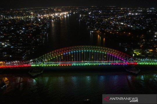 Ribuan lampu warna-warni hiasi Jembatan Musi VI di Palembang
