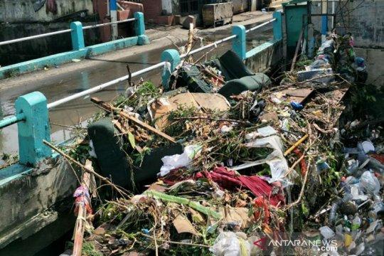 Whisnu : Sampah menyumbat saluran air penyebab banjir di Surabaya