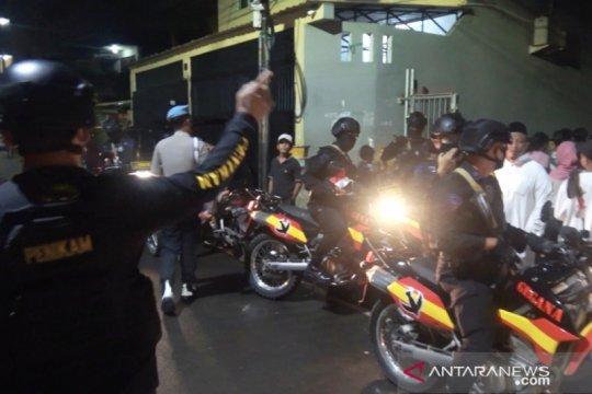 Tim gabungan bubarkan kerumunan malam tahun baru di Makassar