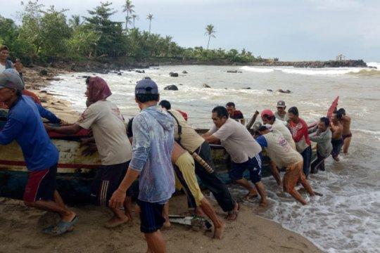 Perahu terbalik diterjang gelombang, empat nelayan Lebak selamat