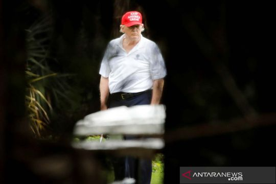 Presiden AS Donald Trump bermain golf di lapangan miliknya