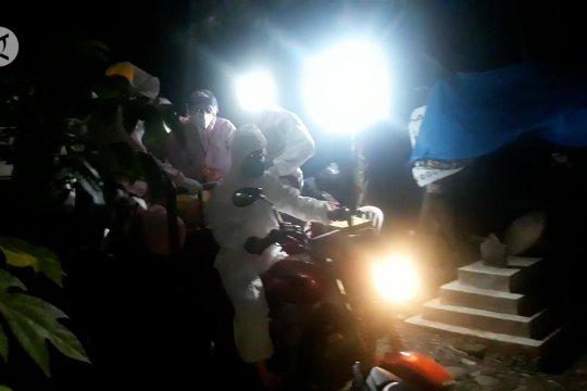 Akses jalan sempit, jenazah pasien COVID-19 diantar sepeda motor roda tiga