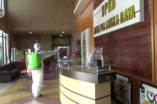 Gedung DPRD Kota Palangka Raya disemprot disinfektan