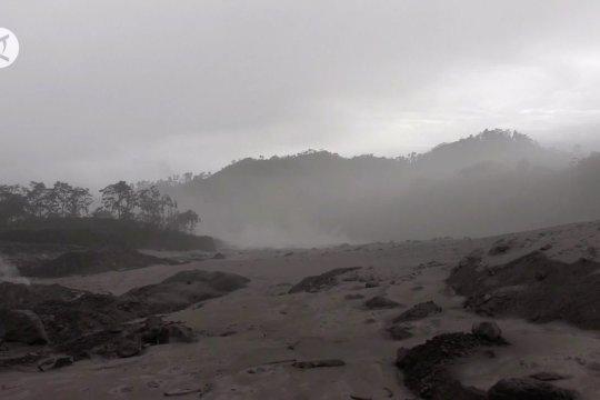 Gunung Semeru muntahkan lahar panas