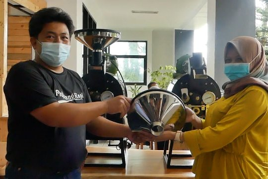 Bantuan alat untuk tingkatkan produksi kopi kemasan di Temanggung