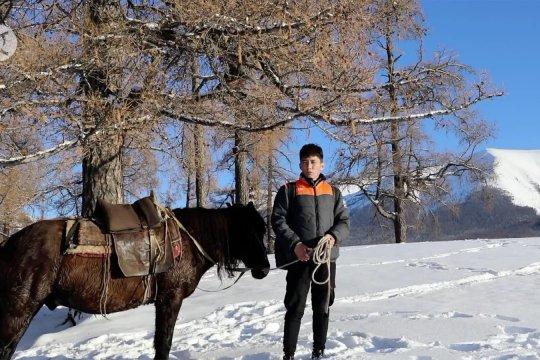 Kurir tunggangi kuda lewati area bersalju demi antar paket di Xinjiang