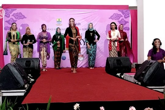 Pemkot Cirebon warnai Hari Ibu dengan Festival Kebaya