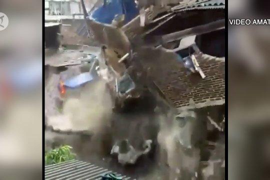 Tiga rumah warga di Bandung ambruk tergerus aliran sungai