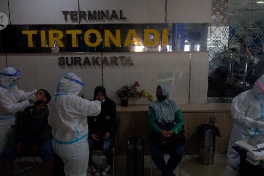 Pemudik jalani tes cepat antigen di Terminal Tirtonadi Solo