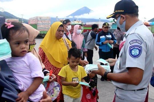 PT Jasa Raharja bagikan seribu masker gratis di Pelabuhan Ternate