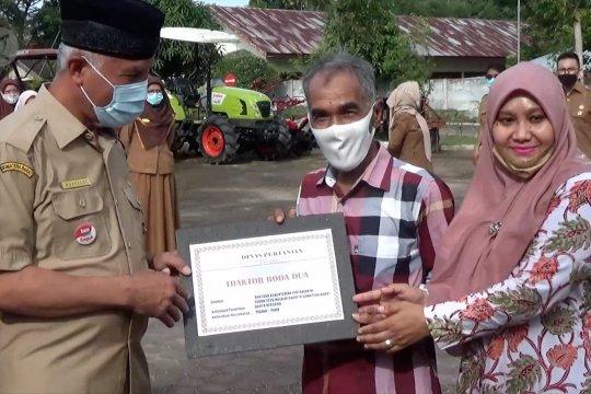 Pemkot Padang serahkan bantuan alat pertanian