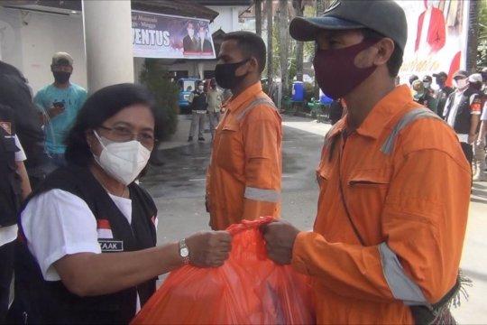 BI Maluku bagikan bantuan sosial kepada 190 pekerja kebersihan