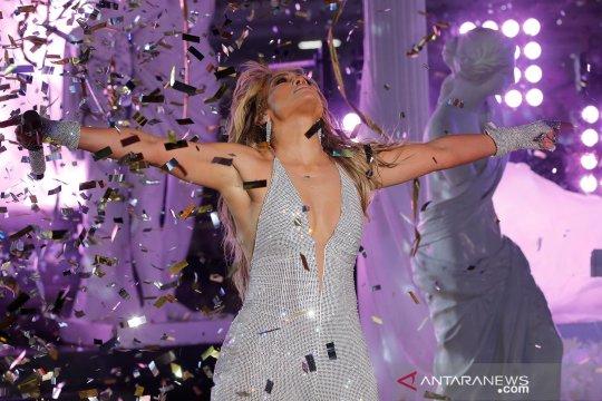 Jennifer Lopez tampil pada perayaan pergantian tahun di Times Square