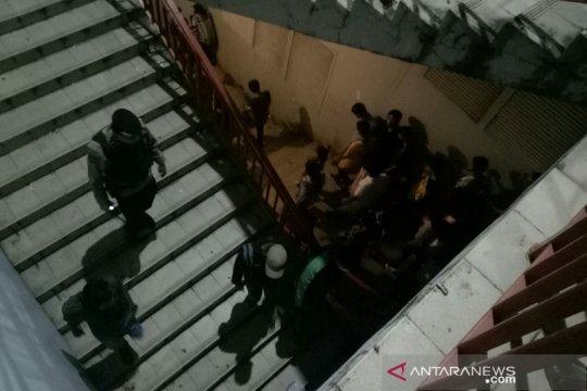 Polisi bubarkan warga yang nekat naik ke Jembatan Ampera