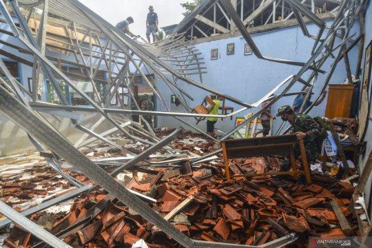Atap sekolah ambruk di Ciamis