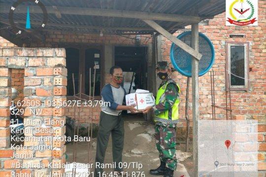 TNI dampingi relawan ACT salurkan sembako ke warga terdampak banjir