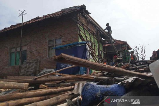 Tim gabungan bantu bersihkan puing bencana puting beliung Cirebon