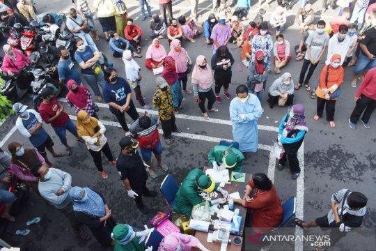 Rapid test bagi pedagang dan pengunjung pasar di Madiun