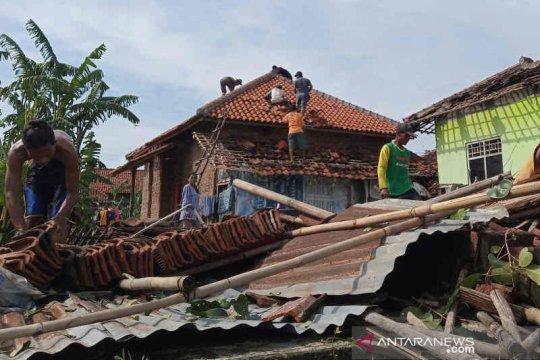 Pemkab Cirebon perbaiki rumah rusak akibat angin puting beliung
