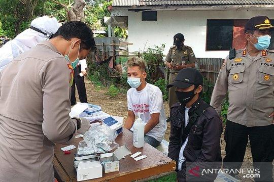 Aparat lakukan tes cepat antigen kepada demonstran pedagang di BKT
