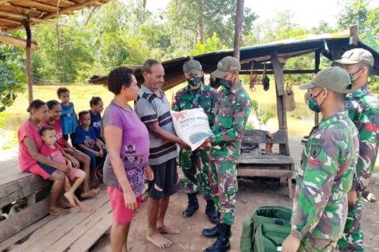 Gunakan perahu, Satgas Yonif 516/CY bagikan sembako warga perbatasan