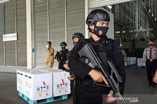 Tiba di Bandara Kualanamu, Brimob Polda Sumut kawal vaksin COVID-19