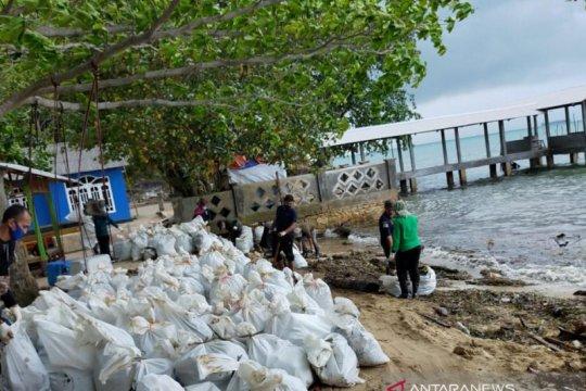 Dinas LH Batam kumpulkan 152 karung limbah minyak di Pantai Nongsa
