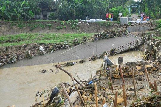 Hujan deras sebabkan jembatan di Kabupaten Malang ambrol