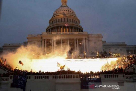 Tembakan, kaca pecah warnai serbuan pendukung Trump ke Gedung Capitol