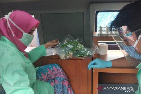 Petugas gabungan uji keamanan pangan di Lotte Mart Kelapa Gading