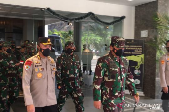 Panglima TNI dan Irwasum Polri salurkan ribuan bansos di Jayapura