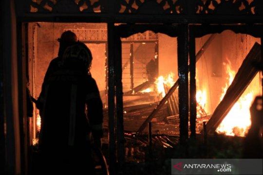 Damkar Padang berjibaku tiga jam padamkan kebakaran 10 petak rumah