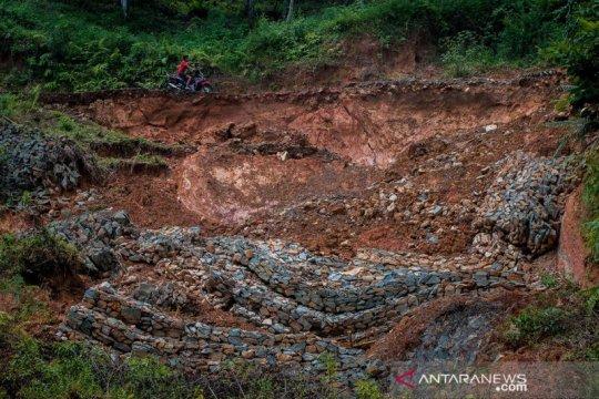 Jalan longsor di Lebak Banten